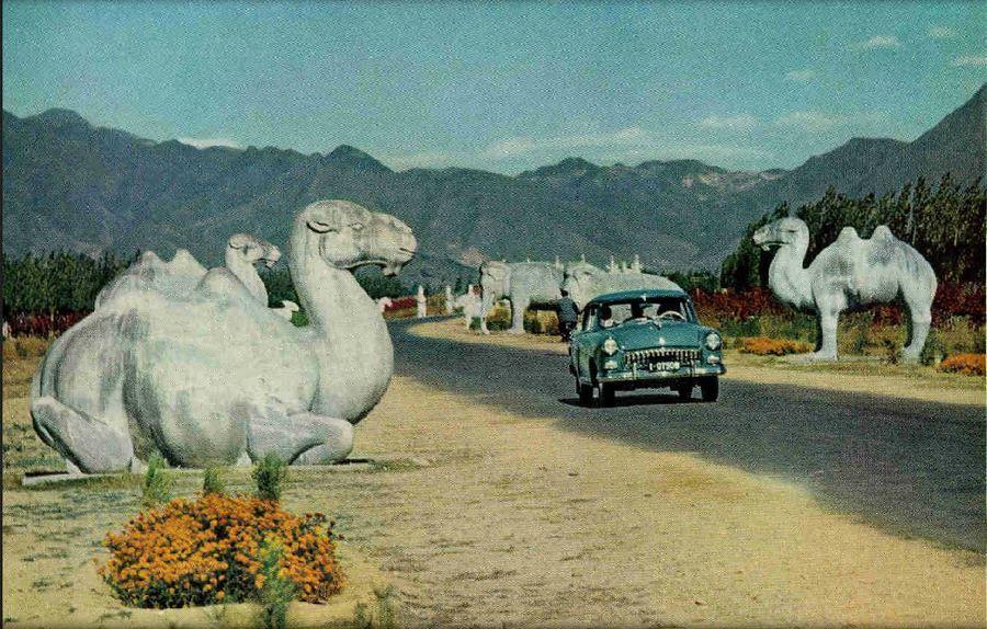 1960. Autóút a Ming sírok közelében, Pekingben, Kínában..jpg