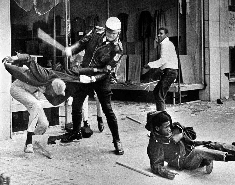 1968. Rendőr ütlegel egy afro-amerikait egy Martin Luther King által vezetett memphisi sztrájk idején..jpg