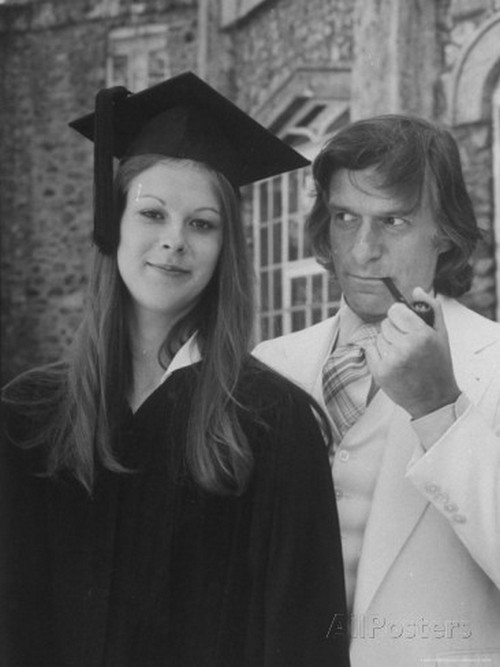 1974. Hugh Hefner Playboy mogul és lánya, Christie diplomaosztójának napján..jpg