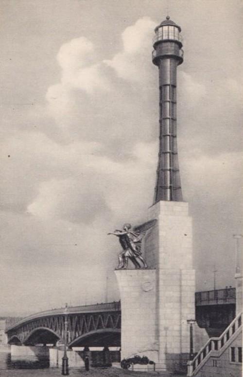 1936 körül. Haditengereszeti emlékmű a Petőfi- (akkori Horthy-) hídnál.jpg
