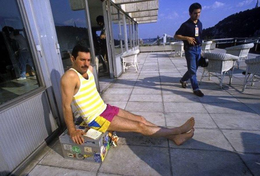 1986. Freddie Mercury Budapesten az InterContinental teraszán.jpg