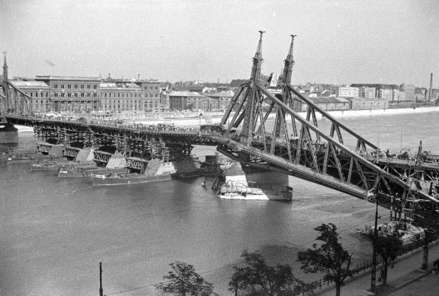 1945. Az ideiglenesen használhatóvá tett Szabadság-híd az ostrom után..jpg