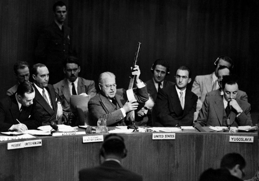 1950. Warren Austin az amerikai küldött az ENSZ-ben bemutatja a csapataik által az észak-koreaiaktól zsákmányolt szovjet gyártmányú gépfegyvert, ezzel bizonyítva a Szovjetunió éritettségét..jpg