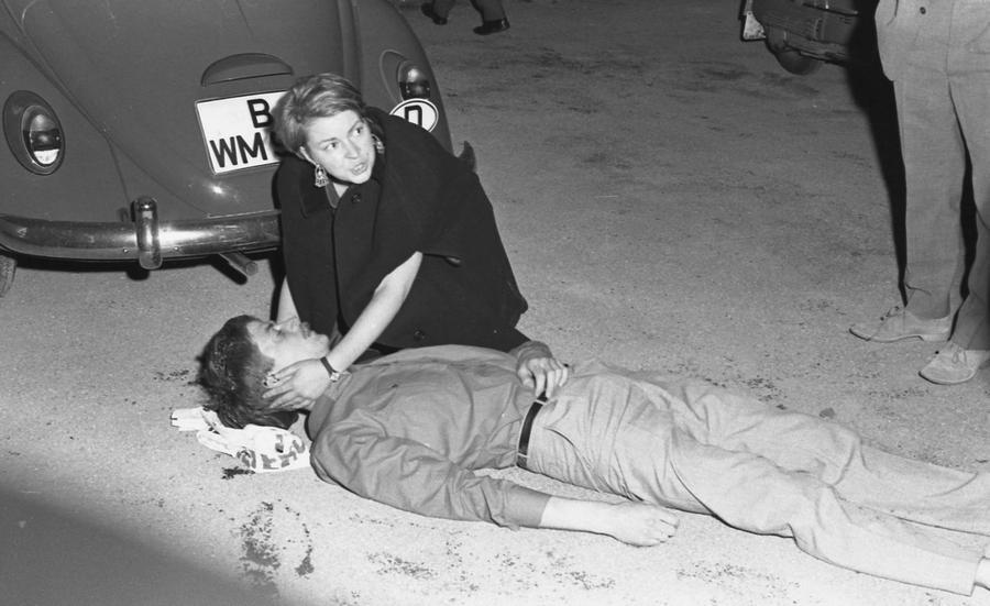 1967. Nyugat-Berlin. Benno Ohnesorg egyetemistát egy Reza Pahlavi sah ellenes tüntetésen lelövi egy német rendőr, akiről később kiderült, hogy az NDK kémje volt..jpg