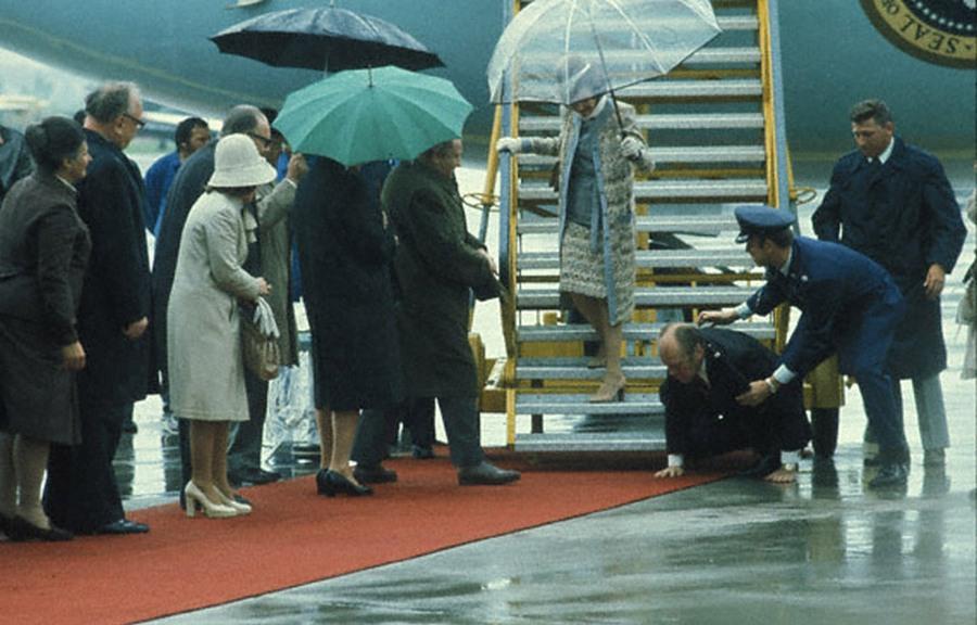 1975. Gerald Ford amerikai elnök bécsi látogatására érkezve elesik az Air Force One lépcsőjén..jpg