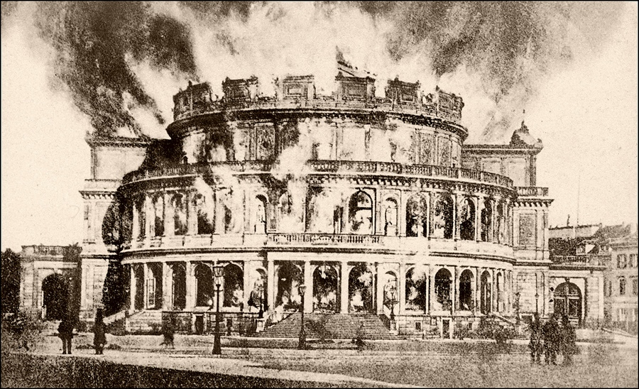1869. A drezdai operaház lángokban. Újráépülte után a második világháborúban újra elpusztult..jpg