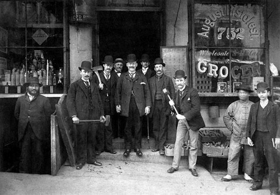 1895. San Francisco-i rendőr alakulat. Kifejezetten a szerencsejáték termekre, ópiumbarlangokra specializálódtak a kínai negyedben. Módszerük egyszerű volt. Szétvertek mindent. Akkoriban a berendezés pótlása, vagy az üvegezés is.jpg