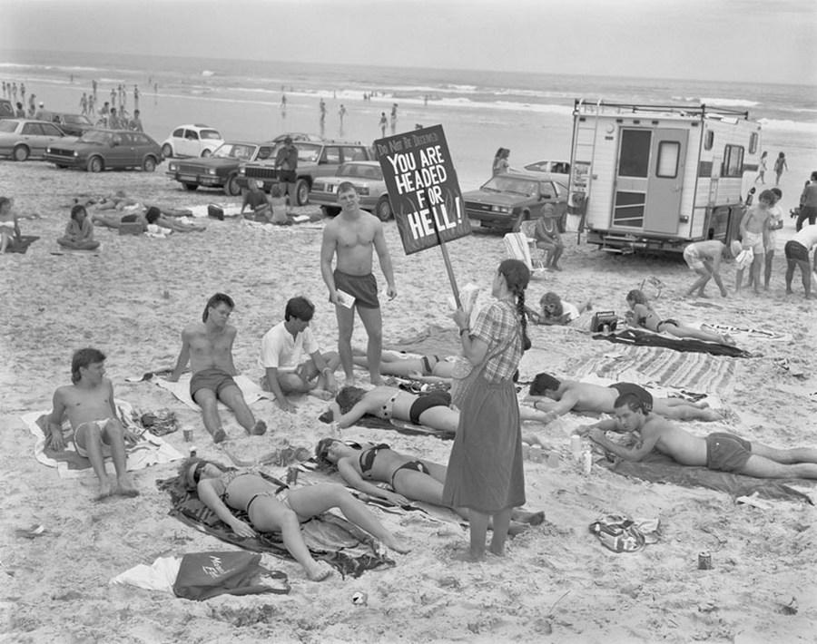 1985_a_tavaszi_szunetben_strandolo_bulizo_fiatalokat_a_pokolra_kerulessel_ijesztgeti_egy_konzervativ_lany_daytona_beach_florida_usa_.jpg