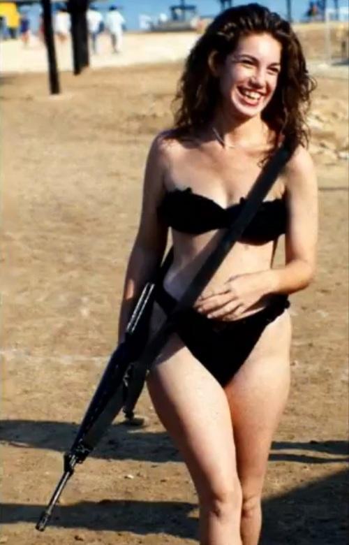 1989_izrael_a_holt-tenger_partjan_szabadidejet_tolto_katonano_a_riadoparancs_szerint_folyamatosan_maganal_tartja_fegyveret_.jpg