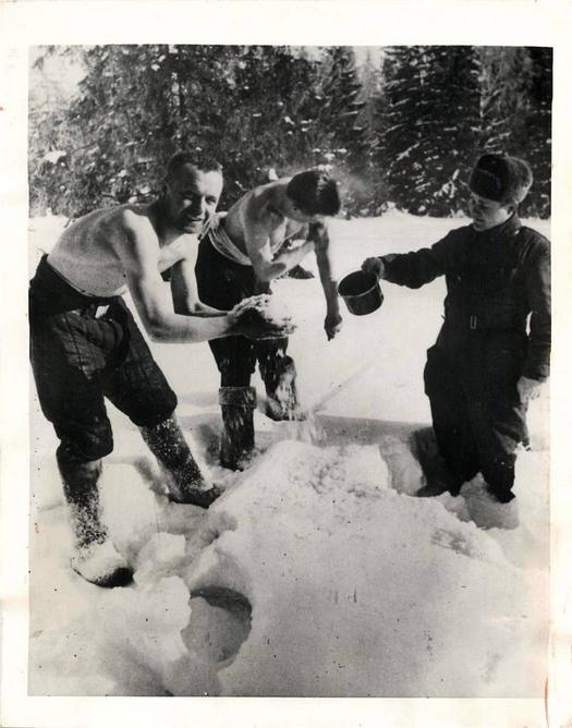 1943_szovjet_katonak_a_hoban_mosdanak_.jpg