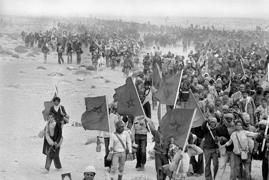 1975_marokkoiak_csoportja_a_350_ezerbol_akik_nyugat-szahara_bekebelezese_idejen_az_orszagba_vonultak.jpg