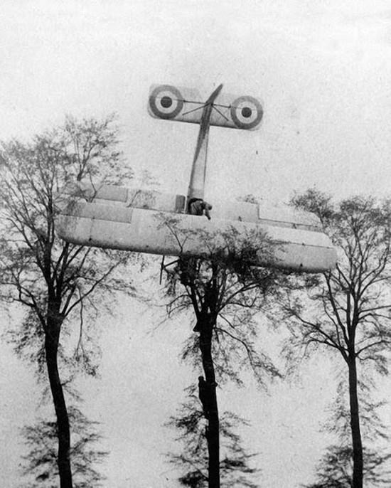 1915_francia_pilota_felresikerult_landolasa_brusszel_kozeleben_miutan_sikertelenul_tamadott_egy_nemet_leghajot.jpg
