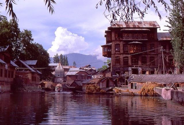 Vale of Kashmir, India, 1982 (20).jpg