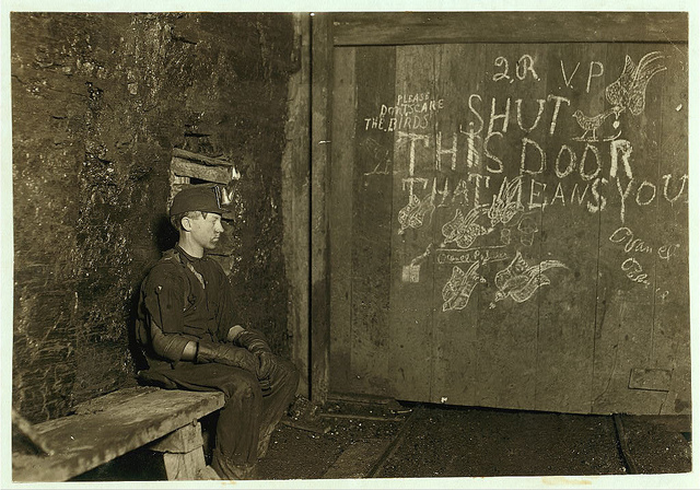 Old Photos of Child Labor between 1908 and 1924 (1).jpg