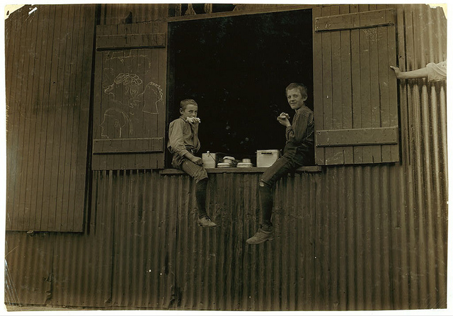 Old Photos of Child Labor between 1908 and 1924 (6).jpg