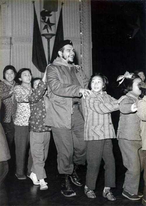1960_che_guevara_kongat_tancol_kinai_gyerekekkel.jpg