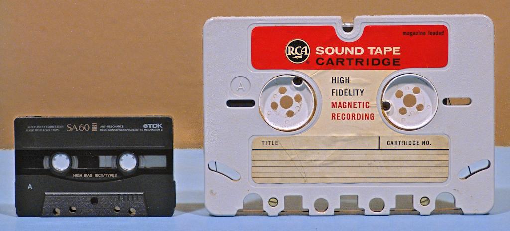 A riválisok. Az amerikai RCA által fejlesztett mágnesszalagos tároló (jobbra) összehasonlítva a későbbi nyertessel