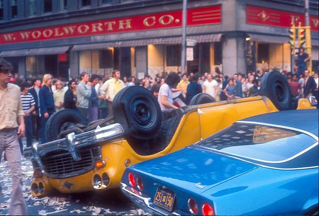 Street Life of Americans in The 1970s (13).jpg