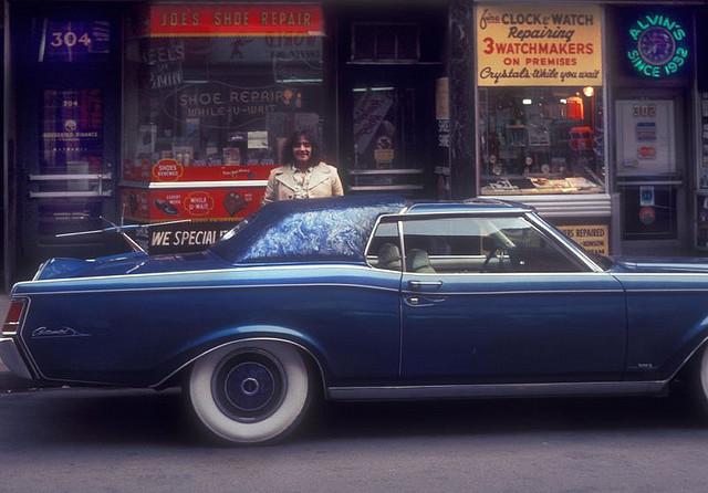 Street Life of Americans in The 1970s (14).jpg