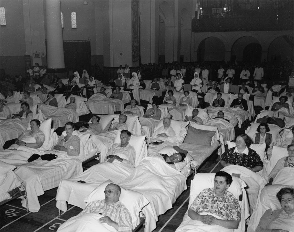 1952_augusztus_istentisztelet_agyban_fekvo_betegeknek.jpg