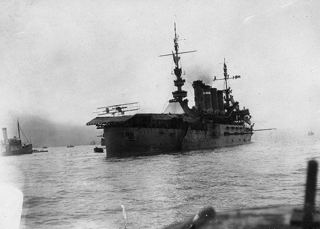1910. USS Pennsylvania az első hivatalosan erre a célra átépített repülőgép anyahajó. Fel- és leszállást egyaránt végrehajtottak rajta..jpg