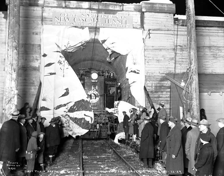 1929. Új Cascade-alagút megnyitója. A 13 kilométeres egyvágányú alagút Washington államban egy hegy altt fut..jpg