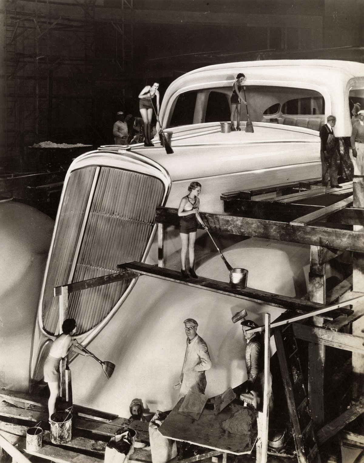 1933. A chicago-i világkiállításra készült óriási Studebaker gépkocsit takarítják..jpg