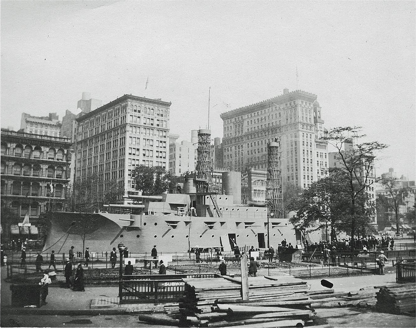 1917. USS Recruit azaz Bevonuló hajó. A Union Square-n felépített fa modellhajó az újoncok csábítására szolgált..jpg