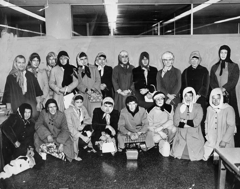 1960. Los Angeles. Nyomozók nőnek öltözve egy nőket fosztogató banda kézrekerítésekor..jpg