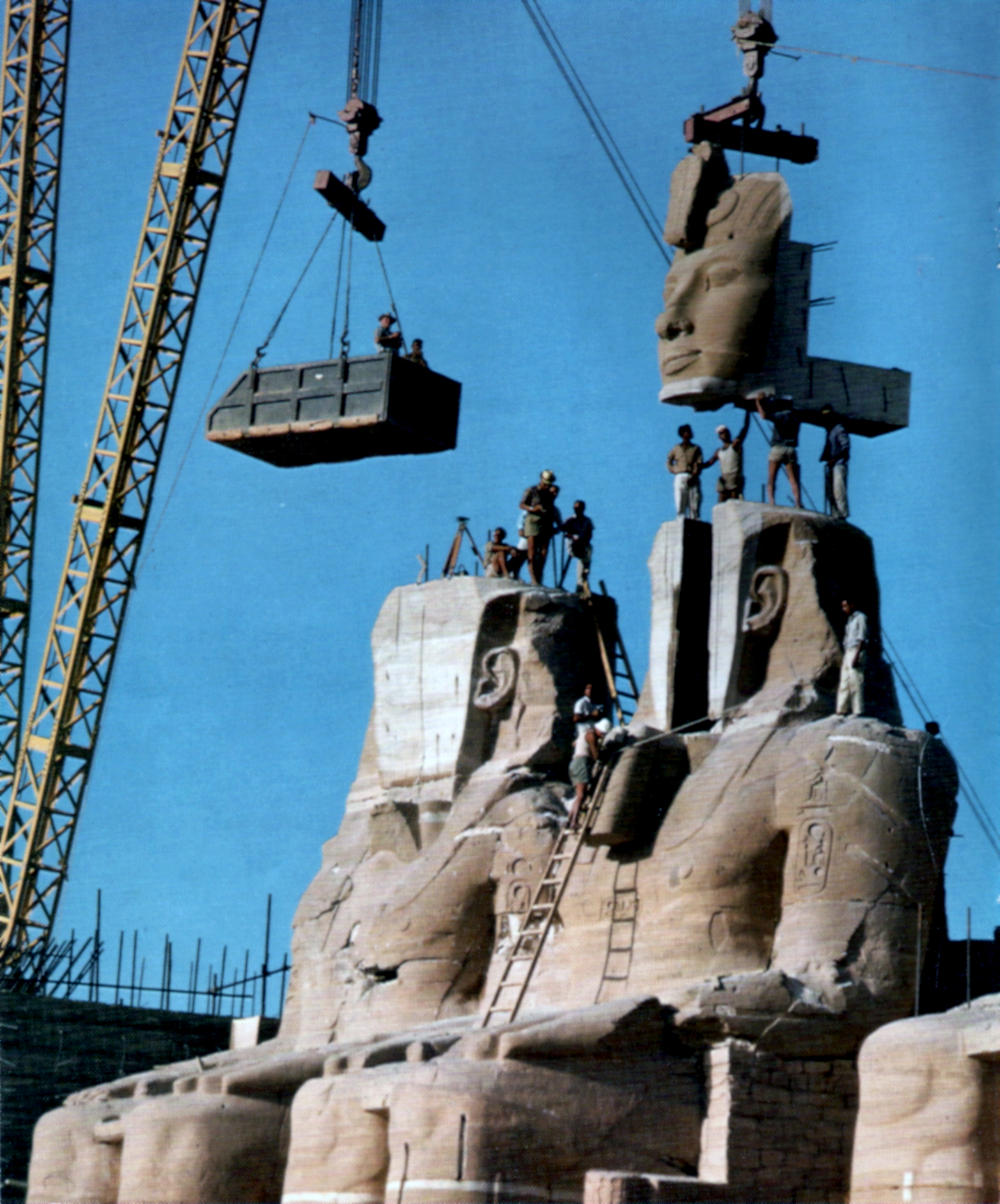 1968. Abu Szimbel templom költöztetése Egyiptomban. A nílusi víztározó leendő árterületén lévő II. Ramszesz kori műemléket apró darabokra vágták és 180 méterrel arrébb szállították..jpg