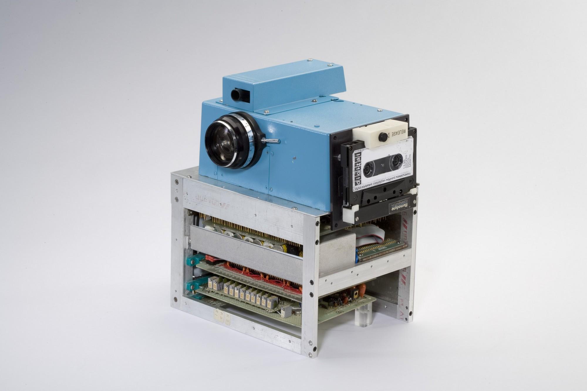 1975. Kodak digitális kamera 2. kompakt formában. A kész képet audiokazettára rögzítette..jpg