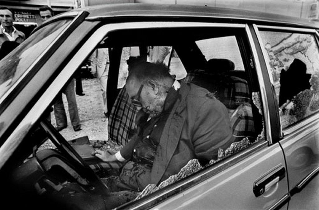 1979. Cesare Terranova holtteste Palermóban. A szervezett bűnözés ellen küzdő politikust a saját autójában végezte ki a szicíliai maffia..jpg