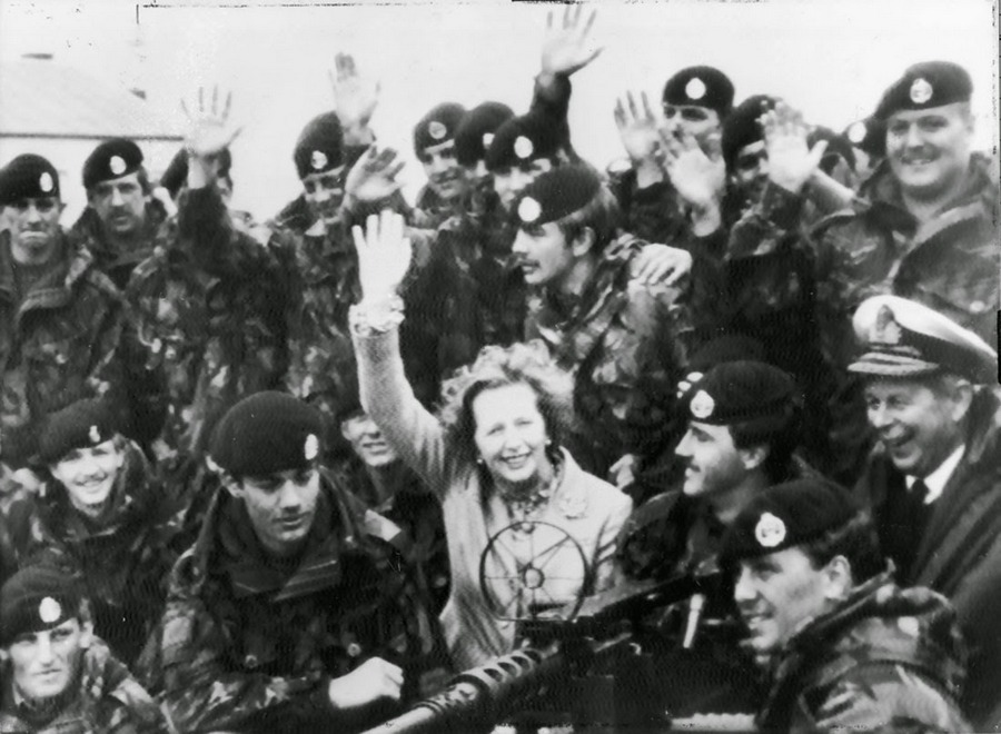 mrs_-thatcher-visiting-british-troops-in-falkland-islands-january-1983-after-the-argentine-surrender_-rarehistoricalphotos.jpg
