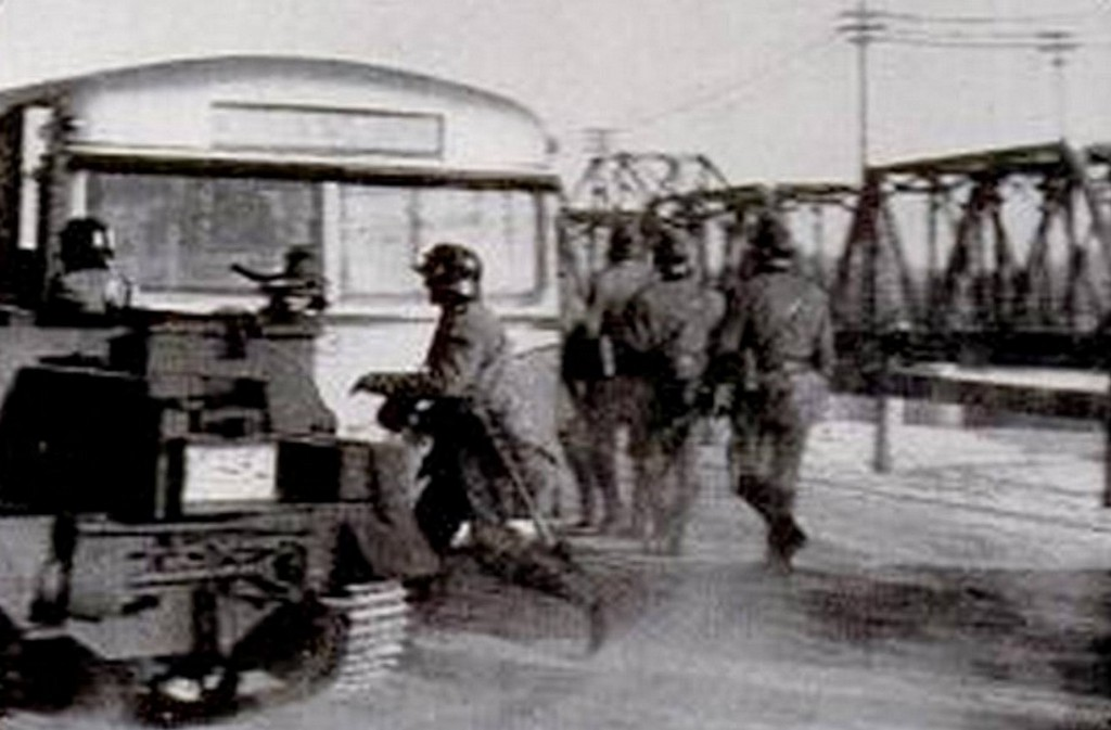 nazis_stop_a_bus_on_the_st_james_bridge_cr.jpg