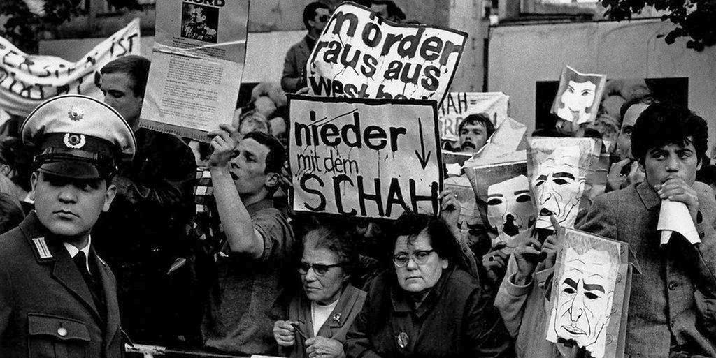 1967--demonstranten-in-der-bismarckstrasse_gegen_schah.jpg