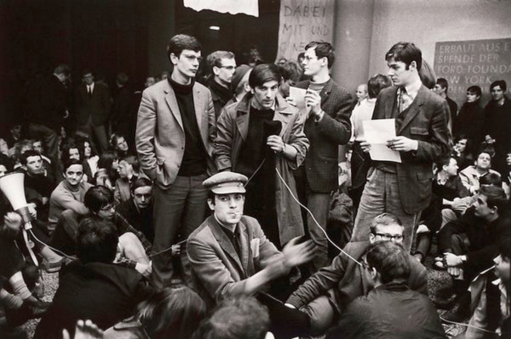 1967_aprilis_rudi_dutschke_bei_einem_sit-in_an_der_fu_berlin.jpg
