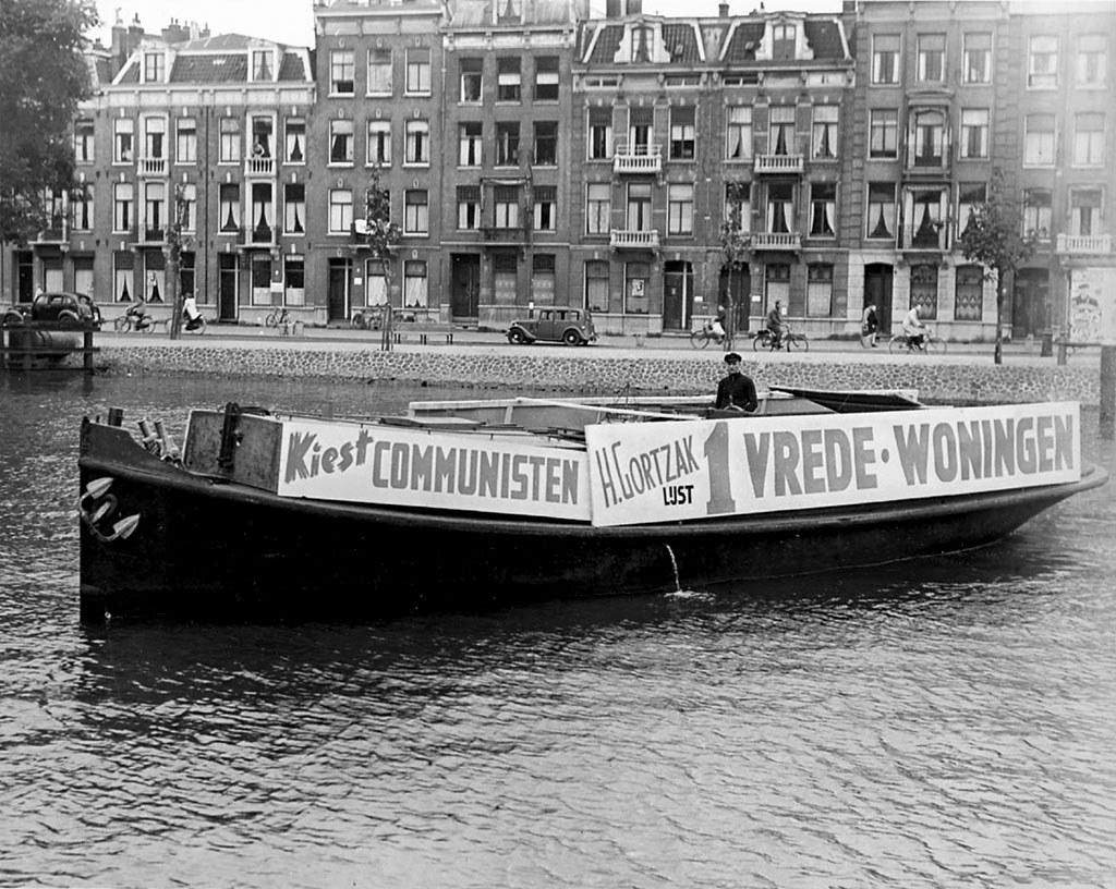 1949_junius_a_holland_kommunista_part_a_cpn_valasztasi_hirdetee_egy_barkan_a_korabbi_valasztasokon_a_kummunista_part_volt_a_legerosebb_politikai_csoportulas_amszterdamban_a_voksok_32_sz-t_szerezve_meg.jpg