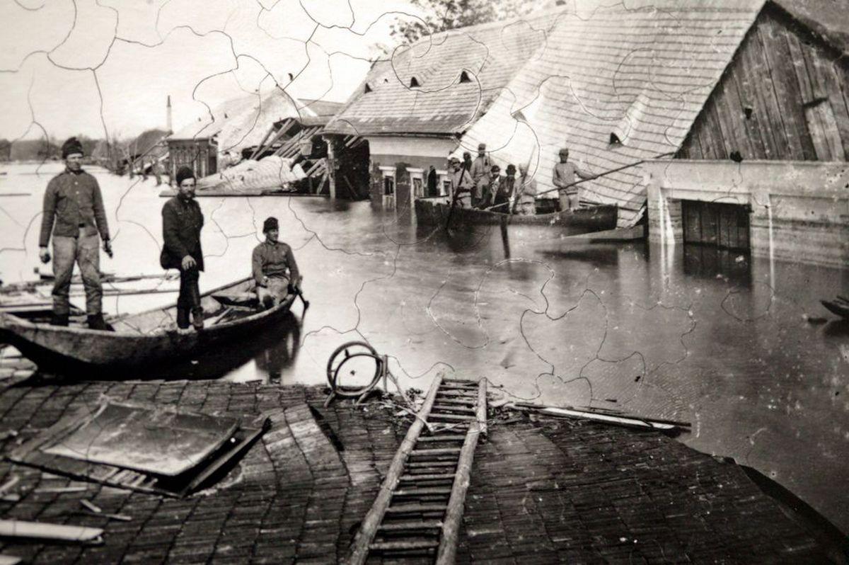 Egy összeomlott ház teteje mellett a mentőtutajosok