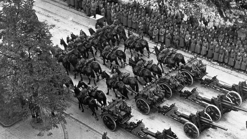 gut_einen_monat_nach_dem_angriff_auf_den_radiosender_marschieren_truppen_der_wehrmacht_durch_warschau_wie_auf_diesem_foto_vom_5_oktober_1939.jpeg