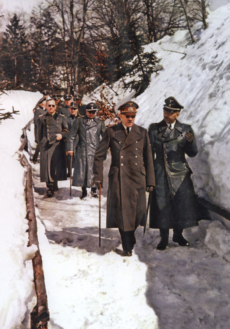 hitler_and_himmler_on_a_winter_walk_in_january_1945.jpg