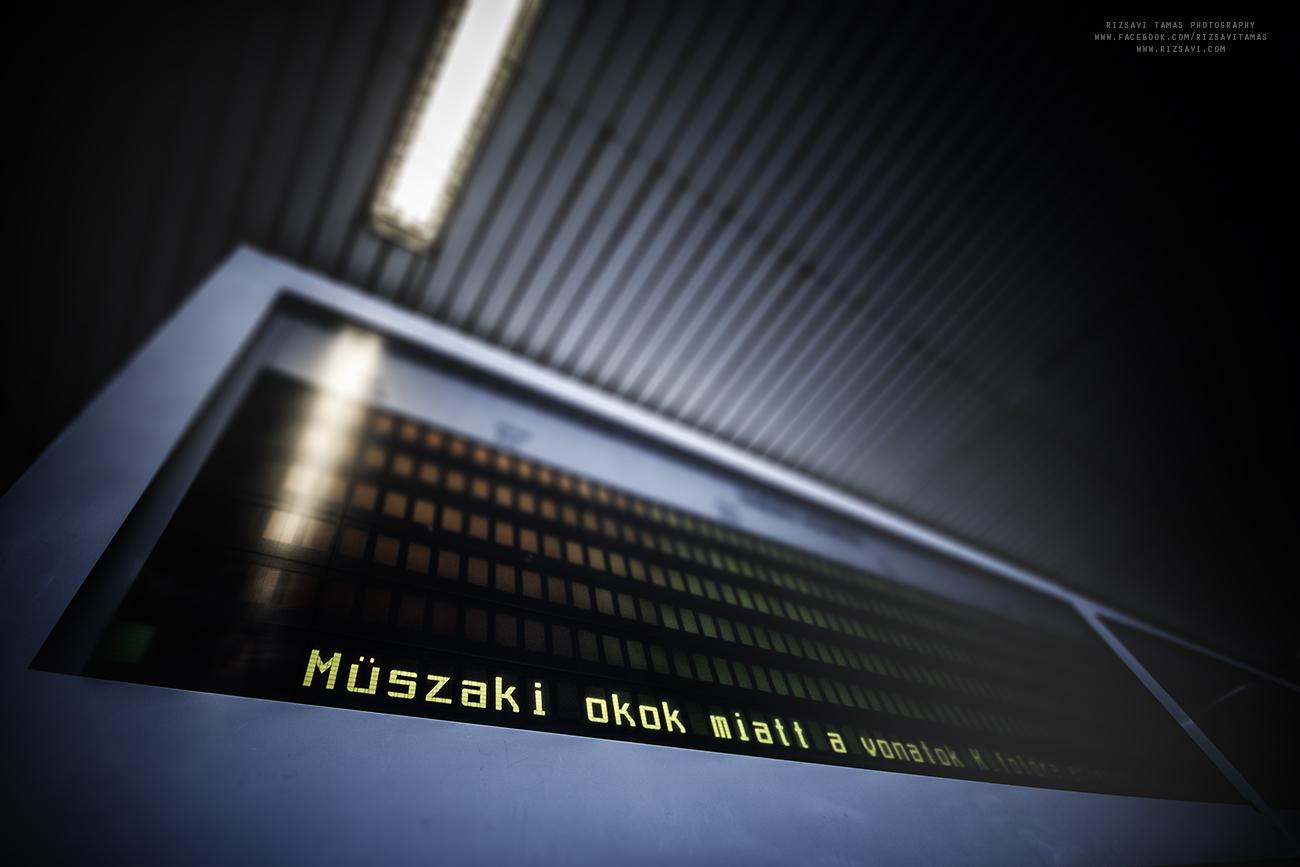 Vizuális utastájékoztatás alapján értesülhetünk, hogy a pályaudvaron szünetel a vasúti forgalom