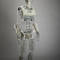 Robotszerű szobrok írógépből