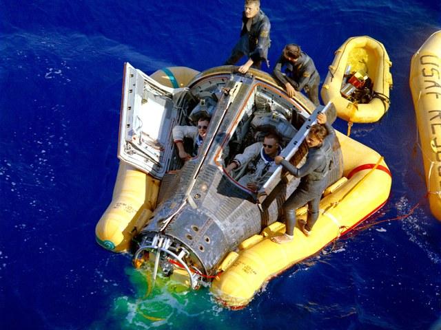 Túlélni az űrutazást és a cápatámadást