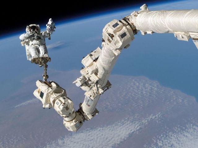 Mikrometeor találat érte a Nemzetközi Űrállomás robotkarját