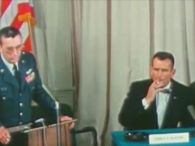 Cigarettázó űrhajósok
