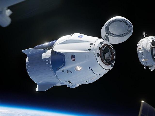 Átparkolták az asztronauták a Dragon űrhajót a Nemzetközi Űrállomáson.