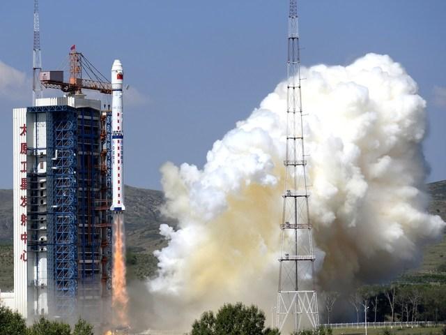 Kína három Yaogan katonai műholdat indított pénteken egy Long March 4C rakétán.