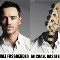 Így pengeti a léggitárt Michael Fassbender