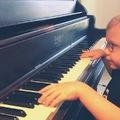 Hat éves, látássérült, mégis elzongorázza a Bohemian Rhapsodyt
