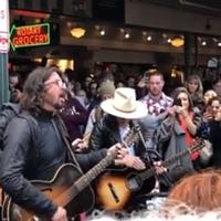 Amikor mész az utcán és Dave Grohl ott zenél